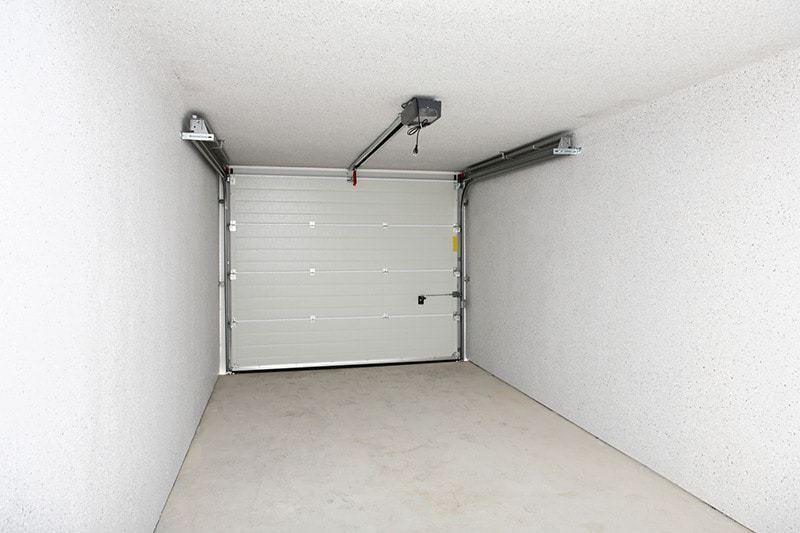 Garaż murowany i garaż z płyt betonowych