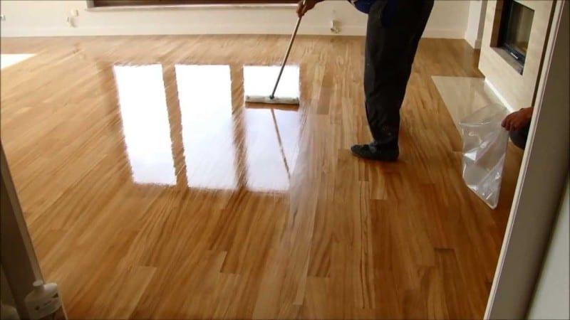 pielegnacja podlogi drewnianej jak dbac1 800x450 - Drewniana podłoga - jak o nią dbać?