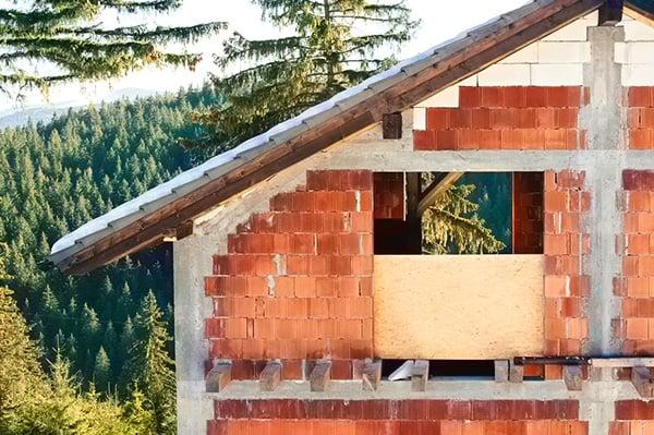 Jakie etapy budowy domu można realizawać zimą?
