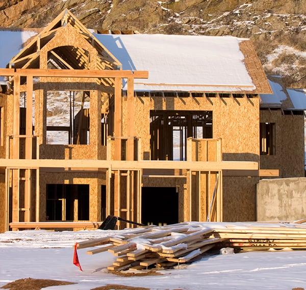 Zabezpieczenie budowy domu przed śniegiem