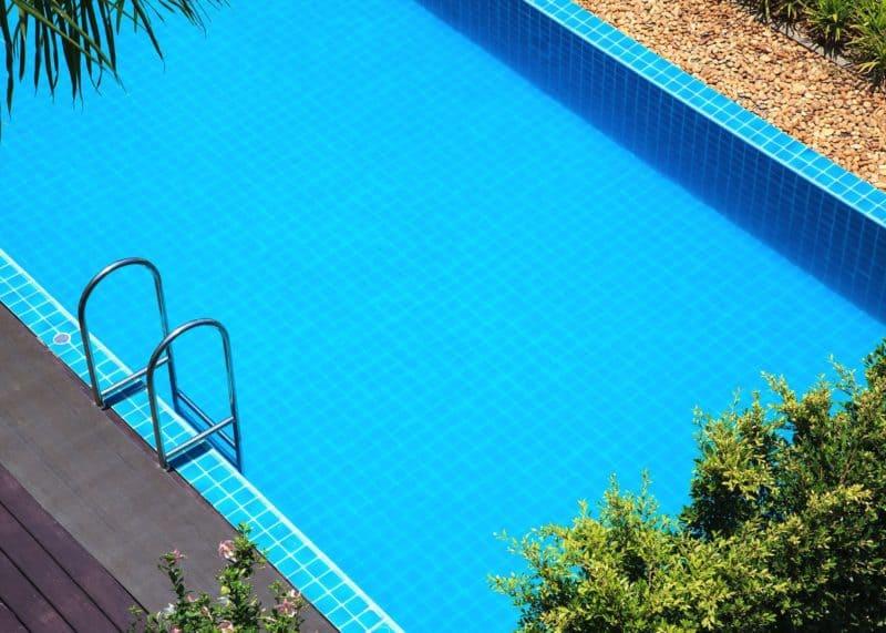 budowa basenu 800x571 - Baseny ogrodowe – koszt budowy i użytkowania
