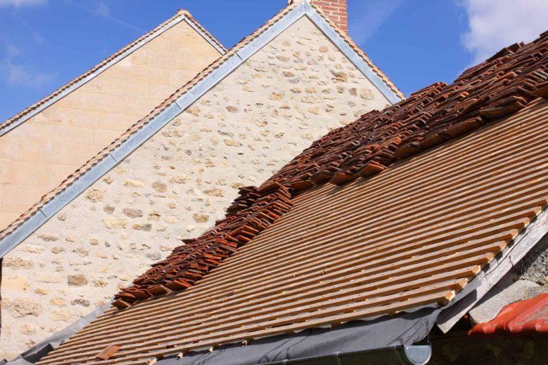 Wymiana pokrycia dachowego: remont dachu zgodnie w przepisami