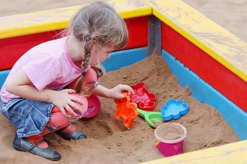 Piaskownica dla dzieci w ogrodzie