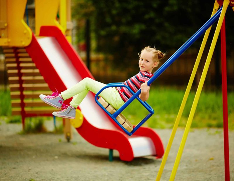 Plac zabaw dla dzieci w ogrodzie: kupić gotowy czy zbudować samemu?