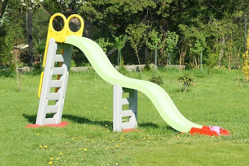 Elementy z plastiku na przydomowym placu zabaw dla dzieci