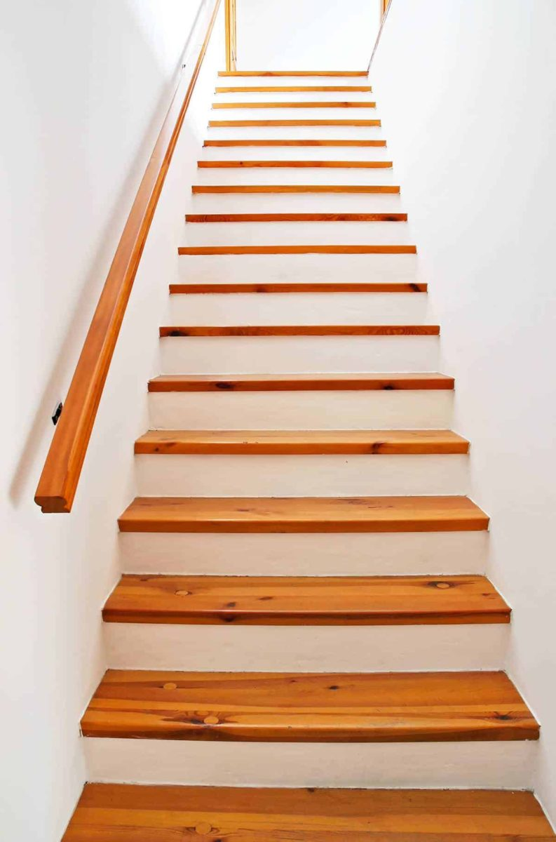 Schody w domu jednorodzinnym: rodzaje i cena schodów do domu
