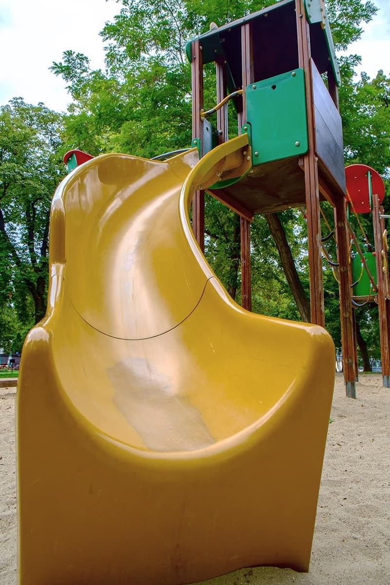Zjeżdżalnia dla dzieci do placu zabaw w ogrodzie