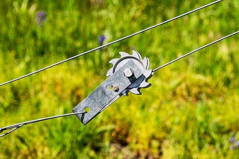 jak naciągnąć siatkę ogrodzeniową
