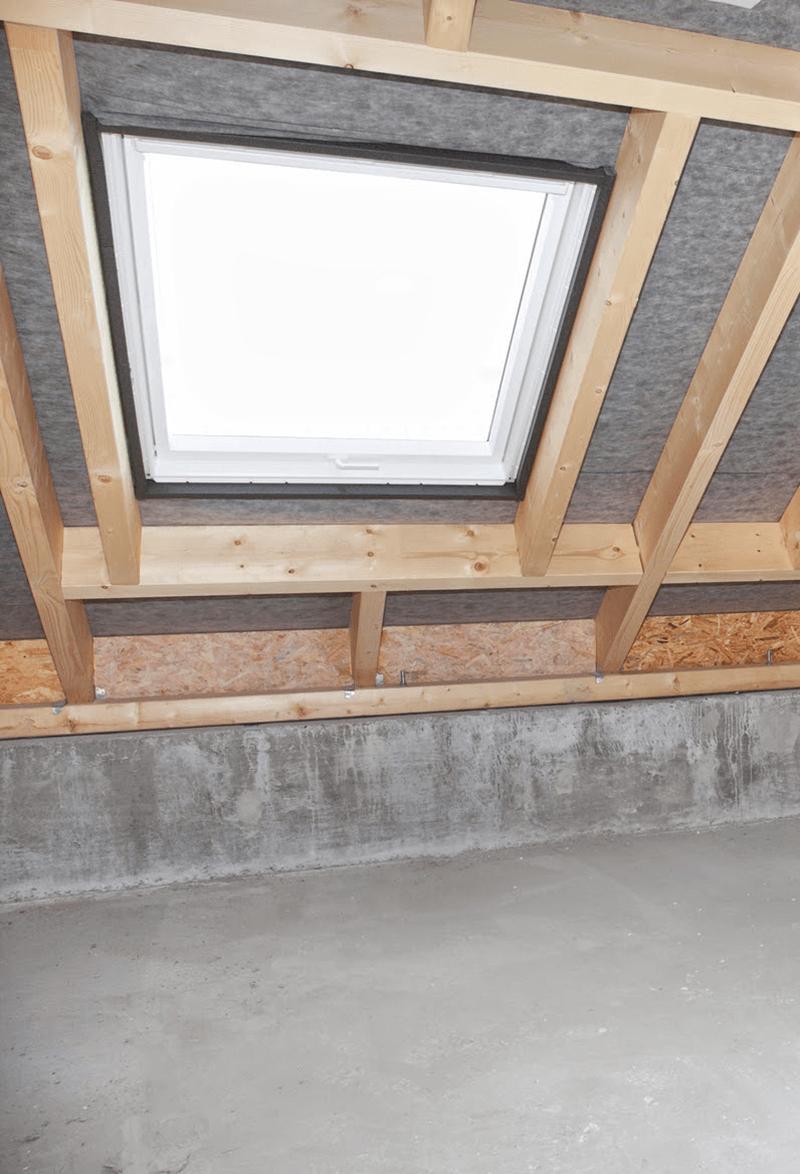Montaż okna dachowego między krokwiami