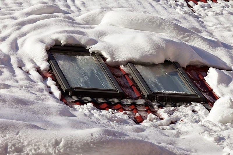 Okna dachowe śnieg
