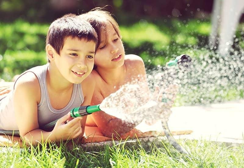 Odzyskaną wodę szarą można wykorzystać do podlewania ogrodu