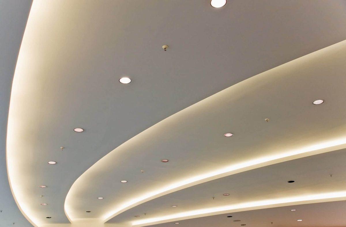 Sufit podwieszany: montaż, oraz zalety i wady sufitów podwieszanych