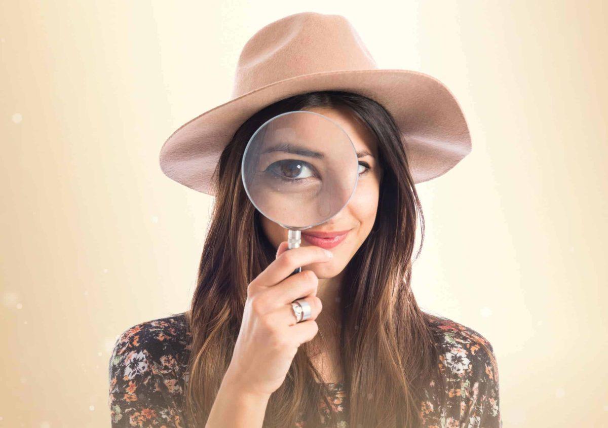 kobieta w kapeluszu z lupa 1200x845 - Technorattan: wszystko, co powinieneś o nim wiedzieć