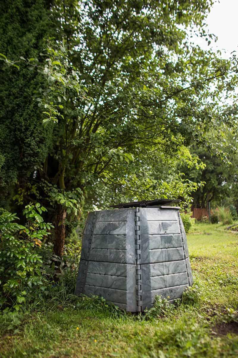 Miejsce na kompostownik w ogrodzie