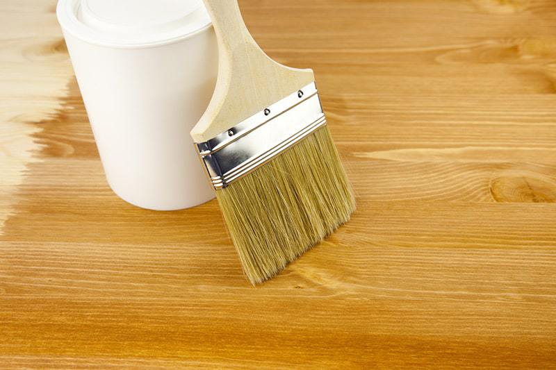 Czym jest i gdzie się używa lakieru do drewna?
