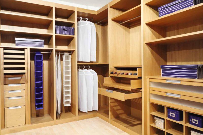 Garderoba czy szafa wnękowa? Zalety garderoby do przedpokoju i na poddaszu