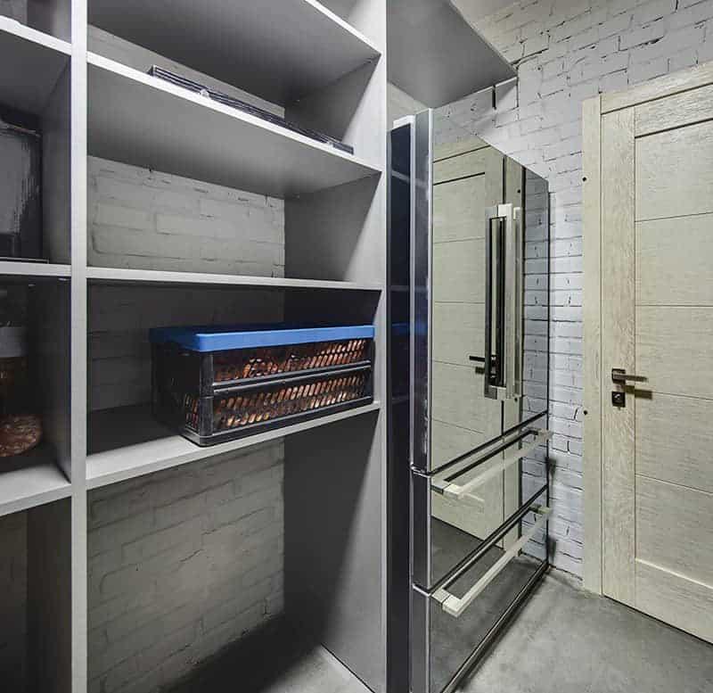 Spiżarnia W Domu Pod Schodami W Kuchni Garażu Czy Piwnicy