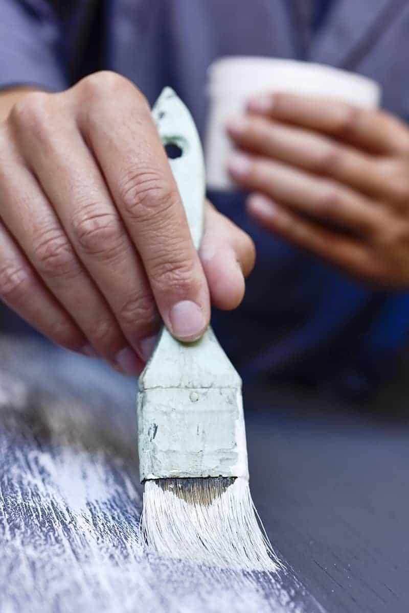 Farba kredowa do mebli i ścian: cena, rodzaje i malowanie farbą kredową