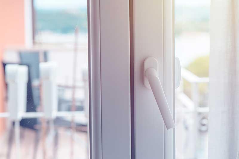 Nowoczesna architektura Drzwi balkonowe: cena, rodzaje i montaż [krok po kroku] PJ93