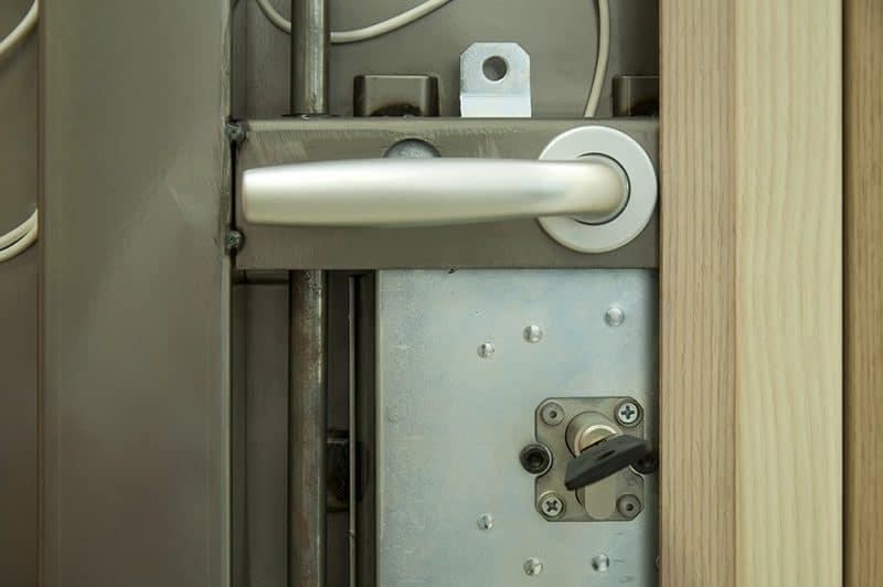 Drzwi antywłamaniowe do domu: jak wybrać najlepsze? [parametry]