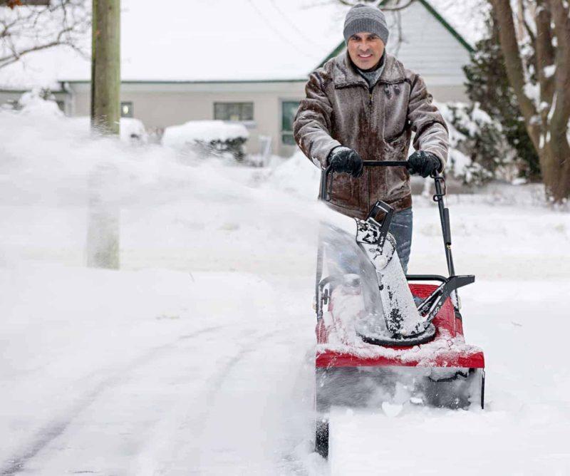 Odśnieżarka do śniegu: spalinowa z napędem czy elektryczna?