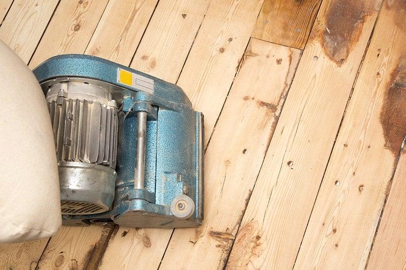 O czym pamiętać, lakierując podłogę drewnianą?