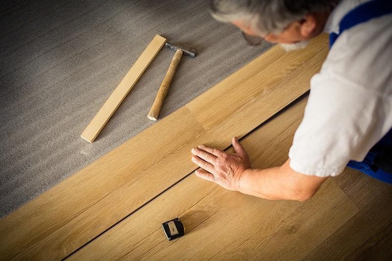 Jak zamontować deski podłogowe drewniane?