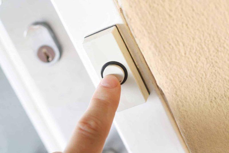 Dzwonek do drzwi: jak go wybrać i podłączyć [krok po kroku]?