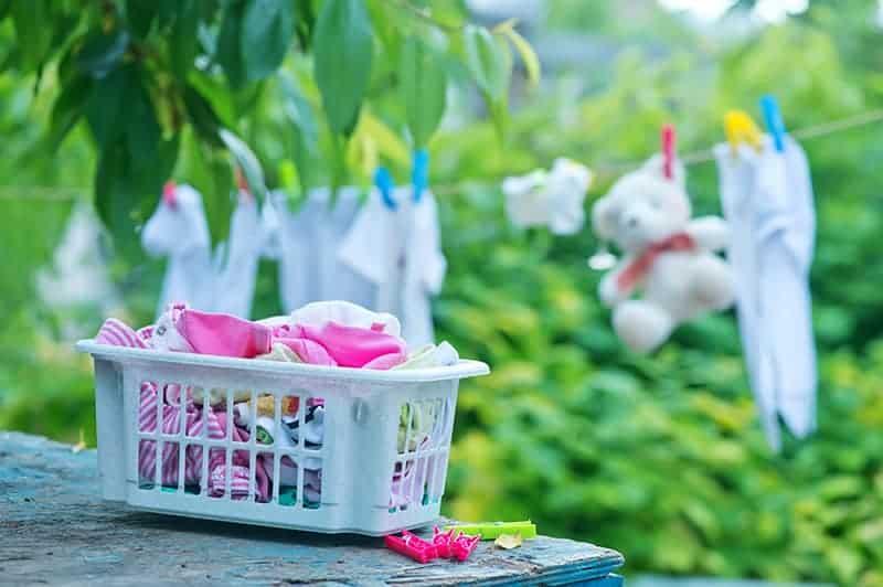 Suszenie prania w ogrodzie