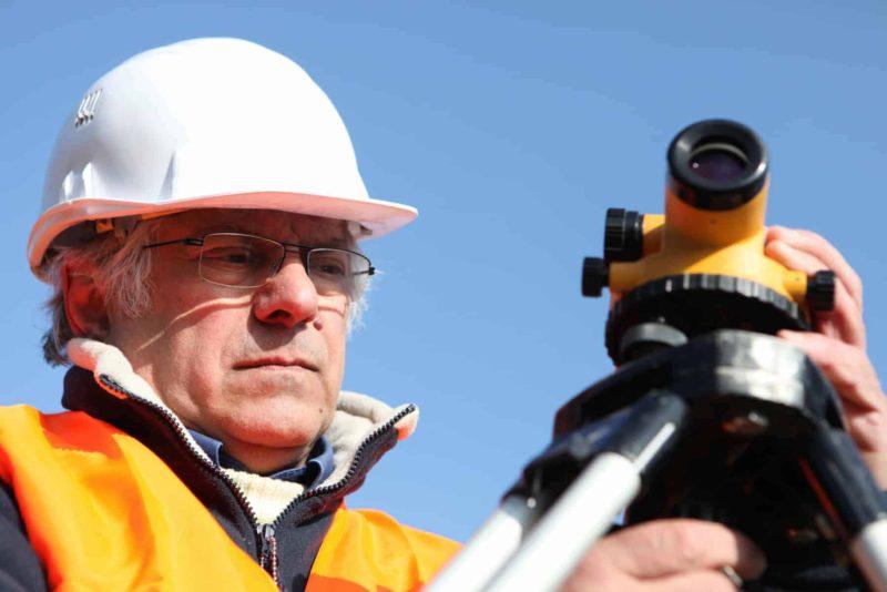 geodeta 800x534 - Geodeta na budowie domu: zakres obowiązków i ceny usług geodety