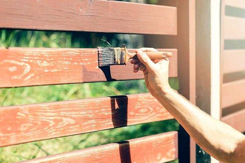Czym pomalować drewniane ogrodzenie?