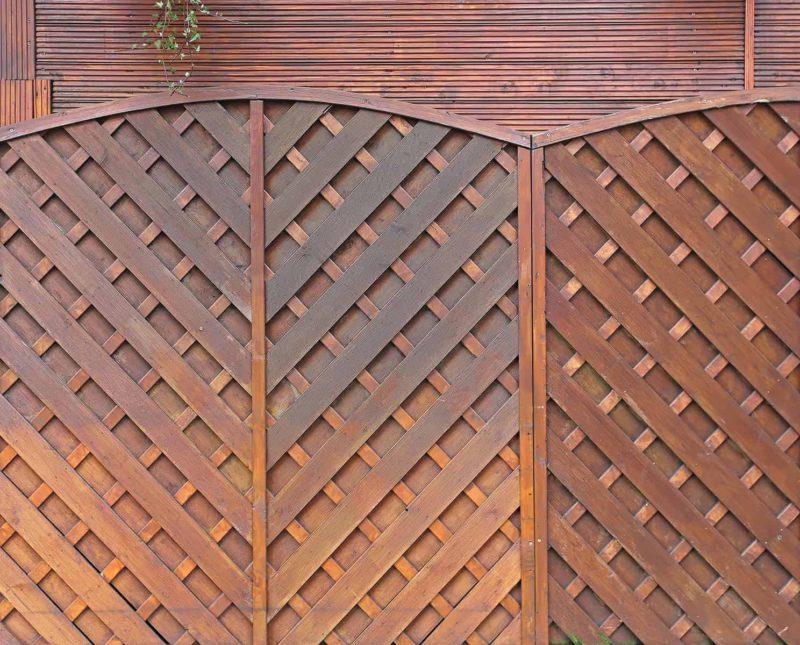 Płot drewniany do domu: jaki wybrać i jak zamontować płot?