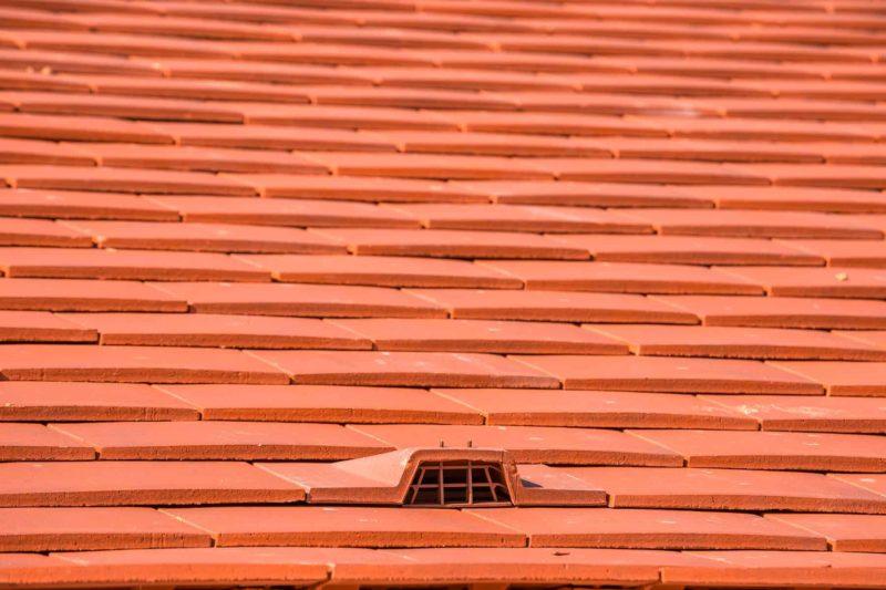dachowka plaska 800x533 - Dachówka płaska: cena, wymiary i montaż [krok po kroku]