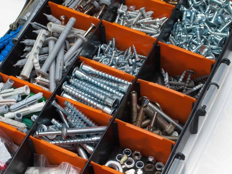 Kołki rozporowe: rodzaje, zastosowanie i montaż kołków [krok po kroku]