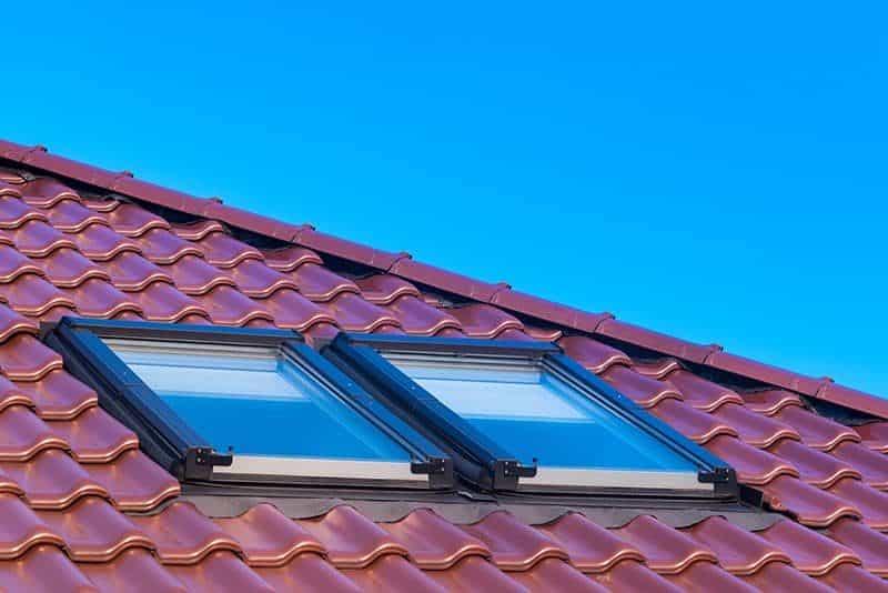 obrobki blacharskie dachu jednospadowego 800x534 - Obróbki blacharskie dachu: jak poprawnie je wykonać?