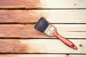 Lakierobejca do drewna: rodzaje, ceny i malowanie [krok po kroku]