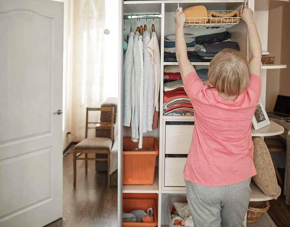 Jak zorganizować przestrzeń w szafie na wymiar?