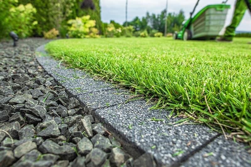 Jak układać obrzeża trawnikowe?