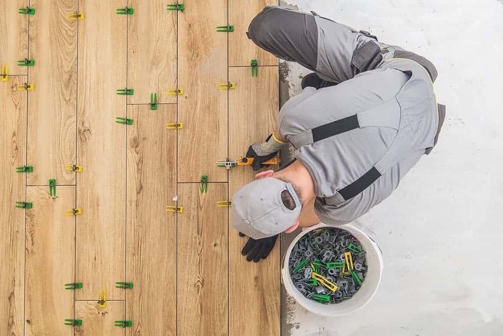 Jak układać płytki drewnopodobne krok po kroku?