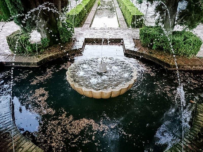 Zalety i wady fontanny w ogrodzie